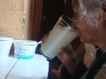 Señora tomando pulque en pulquería La Risa
